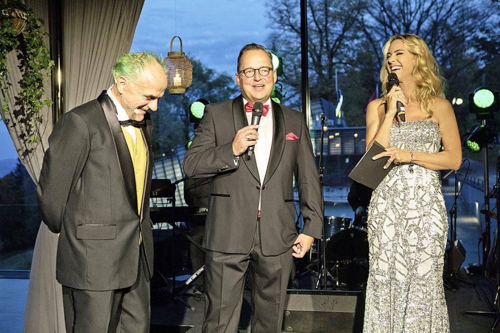 Bernd Schildger (Direktor Tierpark Bern, links) und Lorenz Furrer (Managing Partner furrerhugi.ag) freuten sich über 103050 Franken zugunsten der Zwergseidenäffchen im Dählhölzli