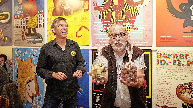 Cuco Dietrich (rechts) freut sich über das Jubiläums-Geschenk von Dänu Graf (Präsident Verein Berner Fasnacht).