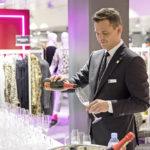 Andreas Hink (Chief Digital Officer, Magazine zum Globus AG) sorgt für das Wohl der Gäste.