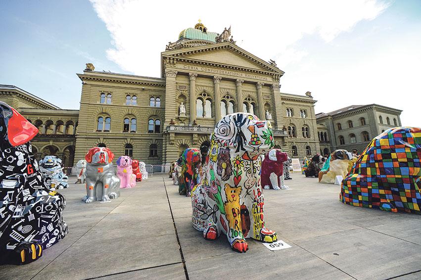 Die BernARTiner präsentieren sich auf dem Bundesplatz. Wo die vielen Kunst-Hunde derzeit in Bern zu finden sind, sagt die BernARTiner-App. Weitere Bilder von der Vernissage finden Sie auf Seite 12 in der Rubrik «Die Besten»