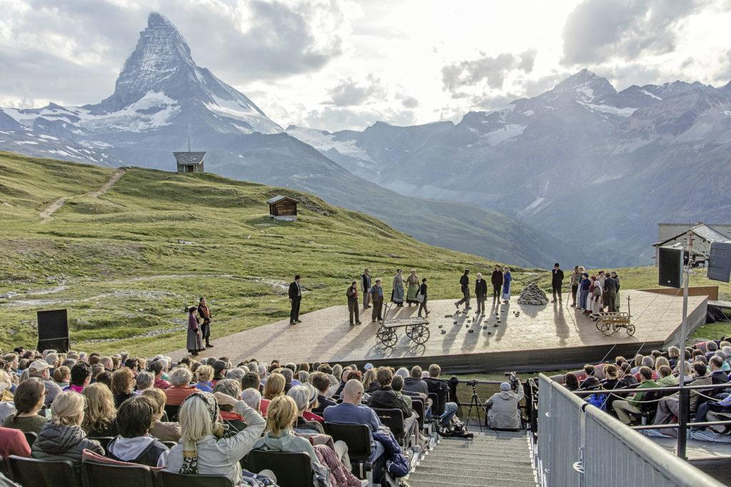 Das Publikum geniesst die Welt-Uraufführung von «Romeo und Julia am Gornergrat» vor der atemberaubenden Kulisse