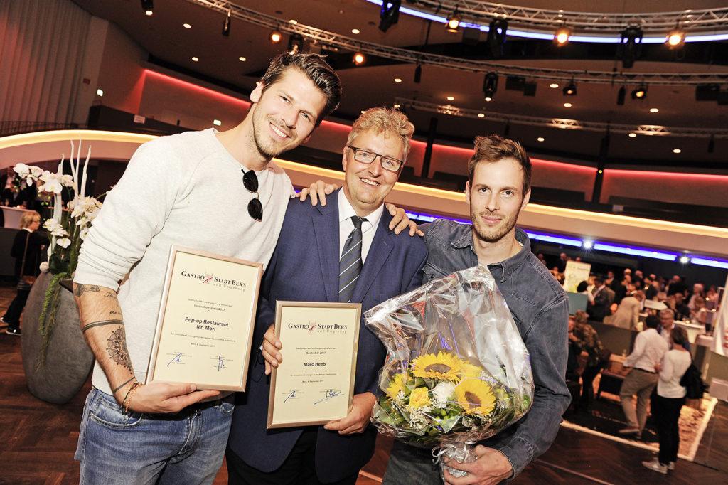 Marc Heeb (Sieger GastroBär 2017, Mitte) mit Tom Weingart (links) und Markus Arnold (rechts, beide vom Pop-up-Restaurant Mr. Mori und Sieger des Innovationspreises 2017)