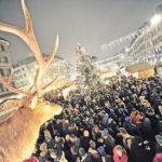 Eine schrecklich grosse Familie: der Berner Weihnachtsmarkt uf dem Waisenhausplatz mit viel Glanz, Geschenken und ein paar Tassen Glühwein. Da kommt es auf die paar Minusgrade auch nicht mehr drauf an.