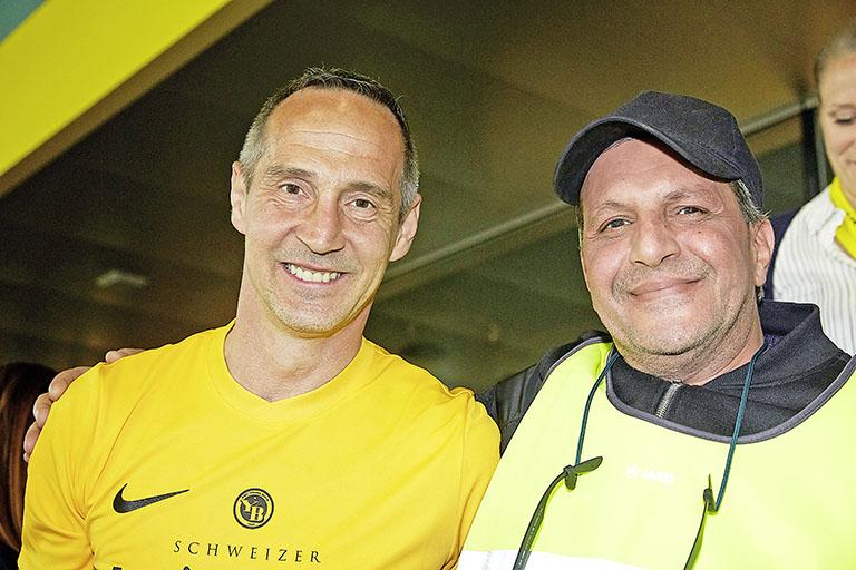 Adi Hütter (YB-Trainer, links) und Tarek Badawy (Steward)