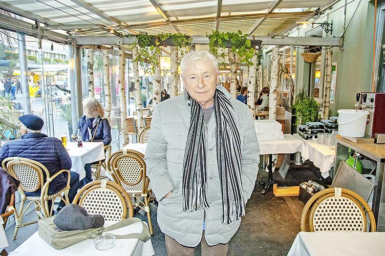 Sein neuestes Werk ist sein bisher ambitioniertestes: Autor Fritz Koby in der Brasserie Chez Edy. Rechts ein Selbstbild aus den 80er-Jahren