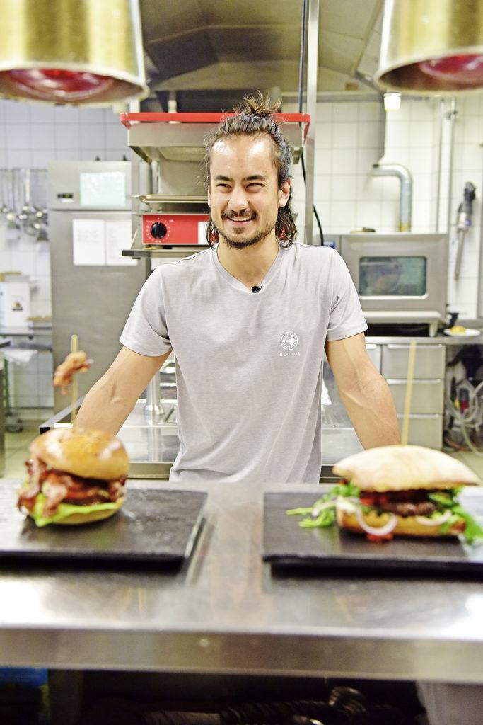 SCB-Verteidiger Eric Blum hat viele Talente: Die saftigen Burgers munden köstlich.