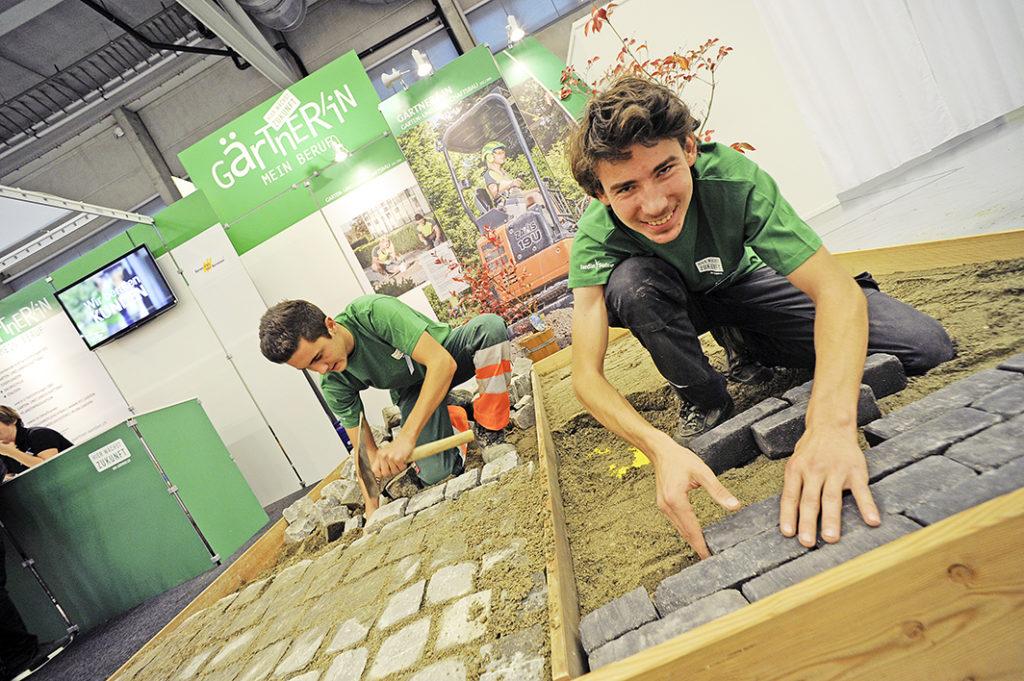 Die Lernenden Gärtner: Dany Frank (3.Lehrjahr Bächler+Güttinger, l.) und Patrick Burri (2.Lehrjahr Gartenbauschule Oeschberg)