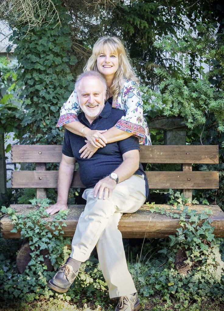 Livia und Peter Reber sind seit 42 Jahren ein Paar und seit 36 Jahren ein Ehepaar (Bild oben). Geheiratet haben die Baslerin und der Berner auf dem Standesamt in Schangnau im Emmental (Bild rechts).