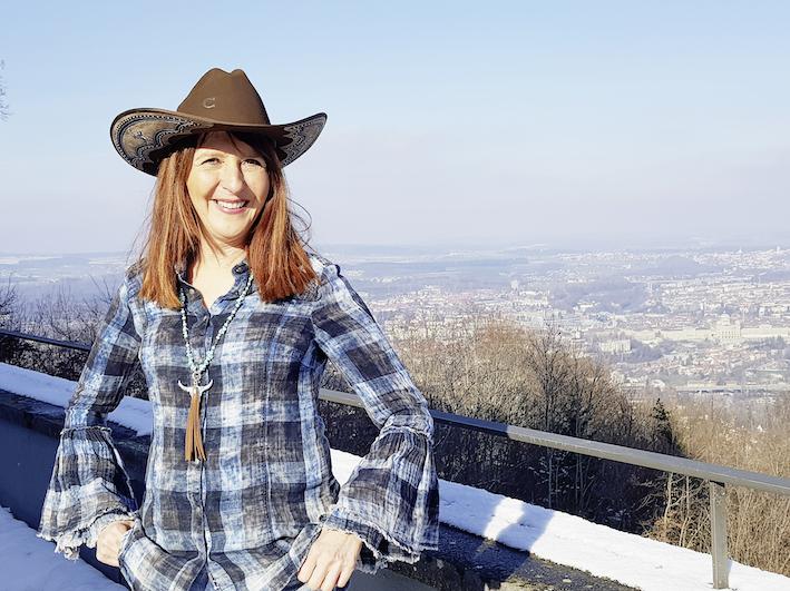 Mit Cowboyhut, Cowboystiefeln und viel Know-how zum Thema Humor zu Besuch in Bern: Yvonne Villiger. Foto: Helen Lagger