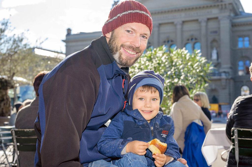 Ulrich (42) mit Sohn Noah (2): «Wir leben sehr gerne in Bern. Es ist eine wunderschöne Stadt und die Menschen hier sind sehr angenehm. Zu dritt wohnen wir in einer 2½-Zimmer-Altbauwohnung.»