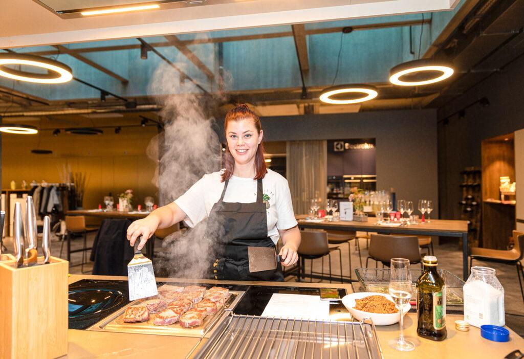 Entpuppte sich als wahres Kochtalent und bereitete den Hauptgang – das Rindsfilet mit mediterraner Kruste – zu: Nadine Flükiger (Teamleiterin Marketing Feusi AG)