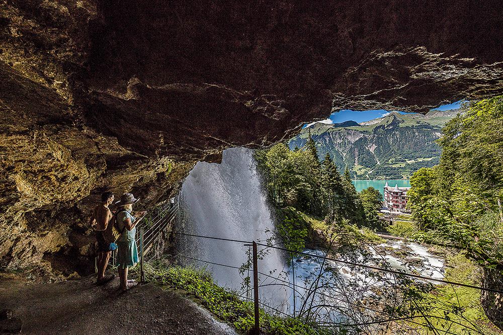 Brienz Giessbach Wasserfälle Sommer Höhle (c) Interlaken Tourismus